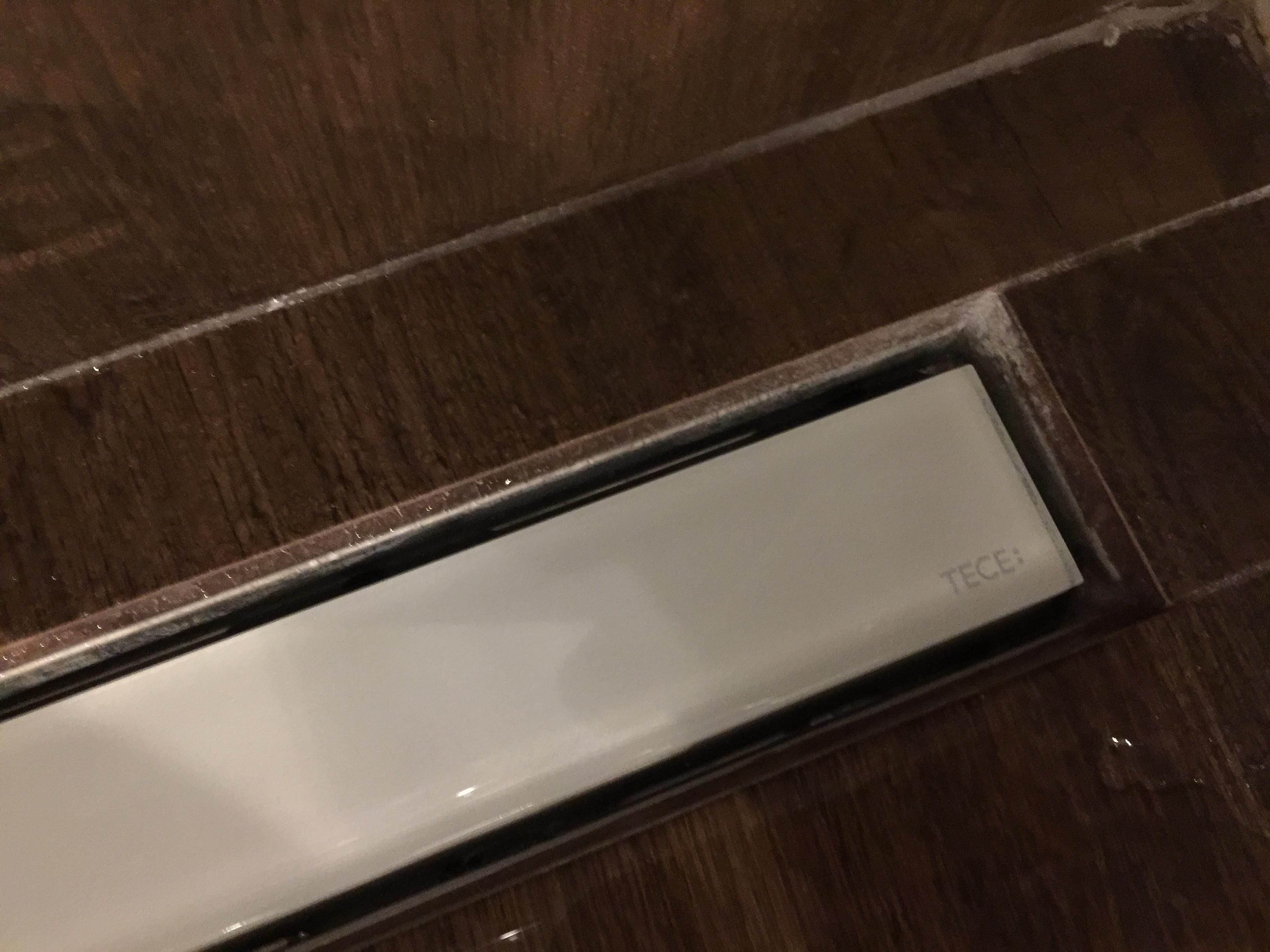 tece staklena bela rešetka za tuš kanalicu